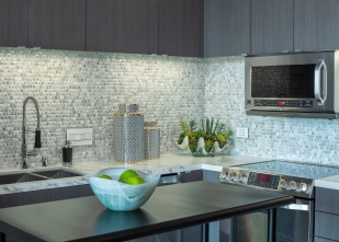 Glass mosaic backsplash 1x1 Nami in Ivory Pearl