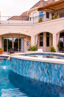 Agate 1 x 4 Umbria Pearl used in an outdoor pool and spa • Design: Bates Design Associates